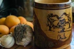 Vieille tasse de bière en bois avec des mots et l'aspiration du Chili Photo stock