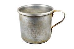 Vieille tasse en aluminium d'isolement image libre de droits