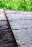 Vieille texture de banc en bois, fleurs blanches Image stock