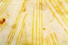 Vieille texture de papier avec les lignes jaunes chaotiques et les taches brunes abrégez le fond Photo stock