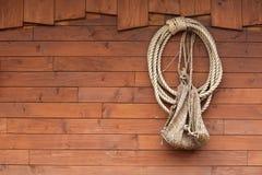 Vieille texture des panneaux en bois avec la corde de bateau Photo libre de droits