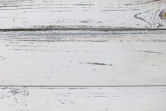 Vieille texture en bois blanche, avec une surface approximative de petites fissures et de peinture ébréchée Image stock