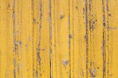 Vieille texture peinte jaune en écailles en bois rustique de modèle planked de mur photographie stock