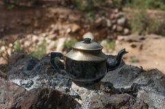 Vieille théière de berbers sur le feu image stock