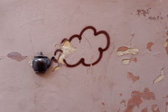 Vieille théière sur la façade du bâtiment à Vilnius, Lithuanie Photographie stock