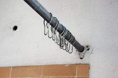 Vieille tige de douche dans le bâtiment abandonné photo libre de droits