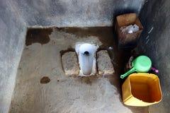 Vieille toilette dans la maison de campagne Photo stock