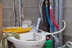 Vieille toilette pendant la rénovation de la salle de bains Image stock