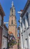 Vieille tour étroite de rue et d'église à Amersfoort Photo stock