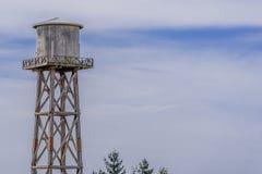 Vieille tour d'eau superficielle par les agents de faisceau en bois Images libres de droits