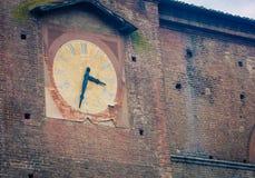 Vieille tour d'horloge d'abandon Siena Italy Photo stock