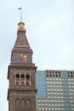 Vieille tour d'horloge et immeuble de bureaux moderne Photos stock