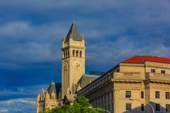 Vieille tour de bureau de poste et d'horloge Photos libres de droits