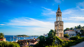 Vieille tour de cloche d'église sur l'île de Hvar en Dalmatie Images stock