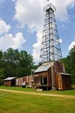 Vieille tour de puits de pétrole au musée de puits de pétrole du ` s de Drake photographie stock