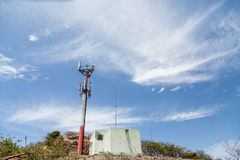 Vieille tour de téléphone portable sur la colline tropicale Images stock