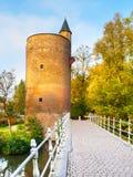 Vieille tour en pierre de déversoir au lac Minnewater, aka au lac de l'amour, à Bruges, la Belgique Image stock