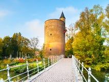 Vieille tour en pierre de déversoir au lac Minnewater, aka au lac de l'amour, à Bruges, la Belgique Image libre de droits
