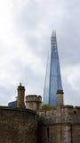 Vieille tour et le nouveau tesson à Londres Photo stock