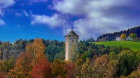 Vieille tour médiévale de château sur une colline dans la forêt en Europe un jour ensoleillé lumineux image stock