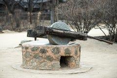 Vieille tradition de pierre de moulin de la Corée du Sud images libres de droits