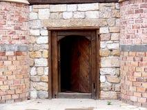 Vieille trappe dans le mur en pierre image stock