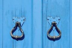 Vieille trappe en bois bleue Images stock