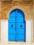 Vieille trappe en bois bleue dans le type arabe tunisien Photo libre de droits