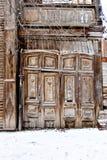 Vieille trappe en bois diminuée Porte en bois simple dans vieux Photos stock