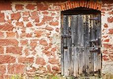 Vieille trappe et mur en pierre Photo stock