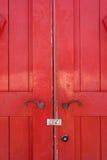 Vieille trappe rouge en bois Photographie stock