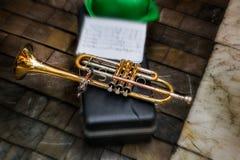 Vieille trompette avec les notes musicales et le chapeau vert photo libre de droits