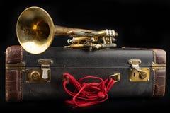 Vieille trompette couverte de patine dans un cas Un instrument de musique historique de vent et une valise images stock