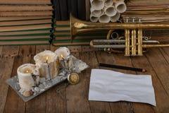 Vieille trompette couverte de patine sur une vieille table en bois Instrument de musique et vieux livres photos stock