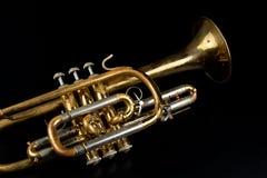 Vieille trompette enduite de patine sur une table foncée Un instrument de musique non comestible images libres de droits