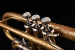 Vieille trompette sur une table en bois fonc?e Instrument de vent dans le style ancien image libre de droits