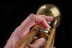 Vieille trompette sur une table en bois fonc?e Instrument de vent dans le style ancien image stock