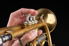 Vieille trompette sur une table en bois fonc?e Instrument de vent dans le style ancien photos libres de droits