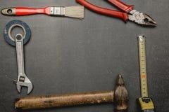 vieille trousse d'outils sur le fond foncé Father& x27 ; concept de jour de s photos libres de droits