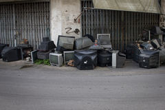 Vieille TV décomposée salie sur la rue Image stock