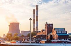 Vieille usine avec des tours de refroidissement Photo libre de droits