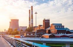 Vieille usine avec des tours de refroidissement Image stock