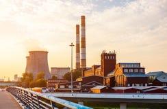 Vieille usine avec des tours de refroidissement Photos libres de droits