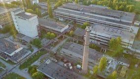 Vieille usine ruineuse au coucher du soleil banque de vidéos