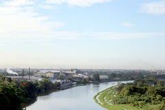 Vieille usine sur la rivière dans la petite ville photos libres de droits