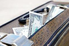 Vieille valise avec de l'argent images stock