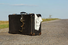 Vieille valise avec de l'argent et des menottes Photographie stock