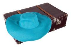 Vieille valise avec le chapeau bleu Photographie stock libre de droits