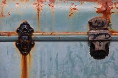 Vieille valise bleue rouillée Image libre de droits