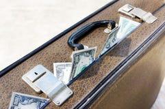 Vieille valise brune complètement d'argent photographie stock